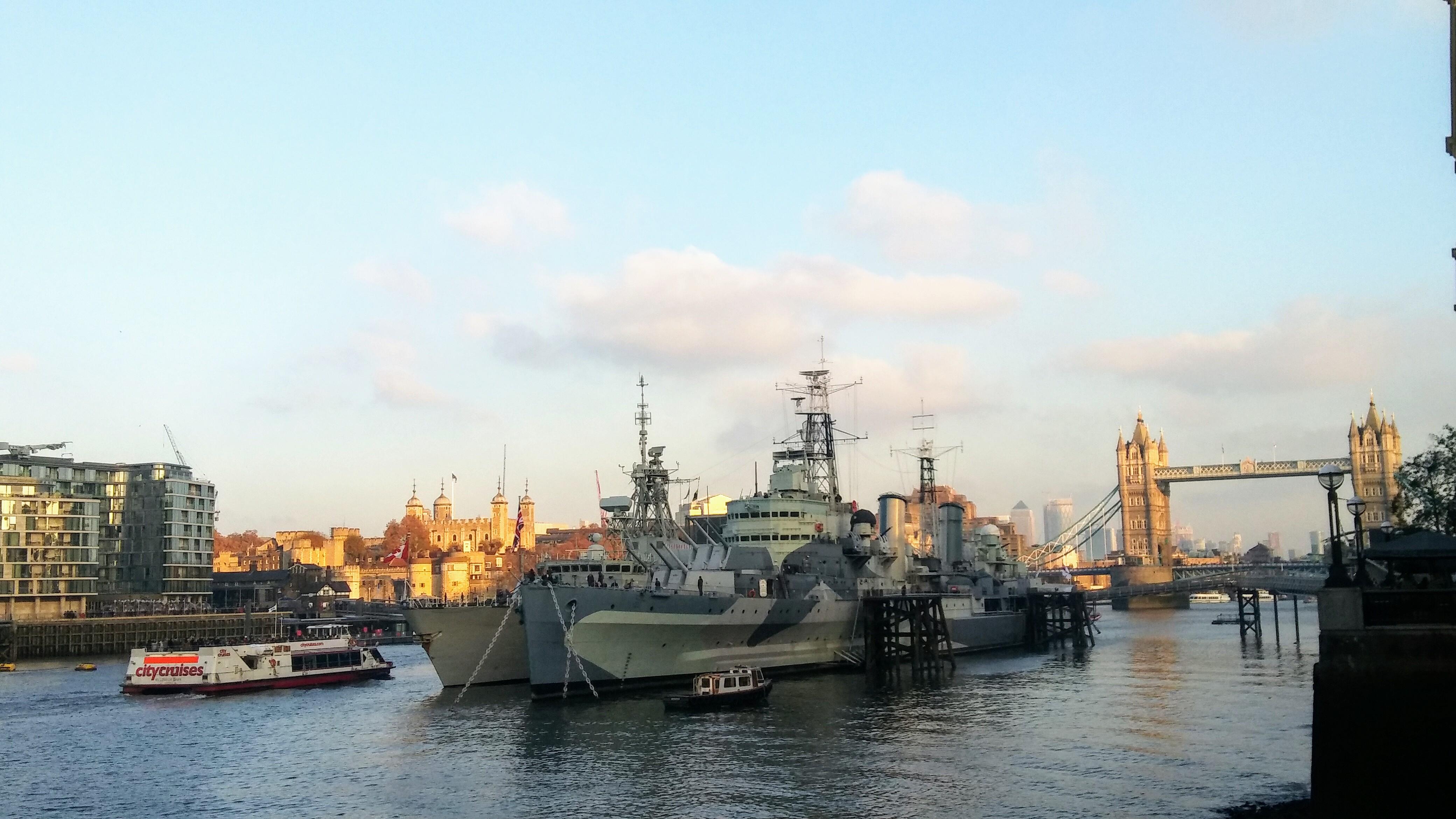 Tower of London, London Bridge i niszczyciel królewski na Tamizie