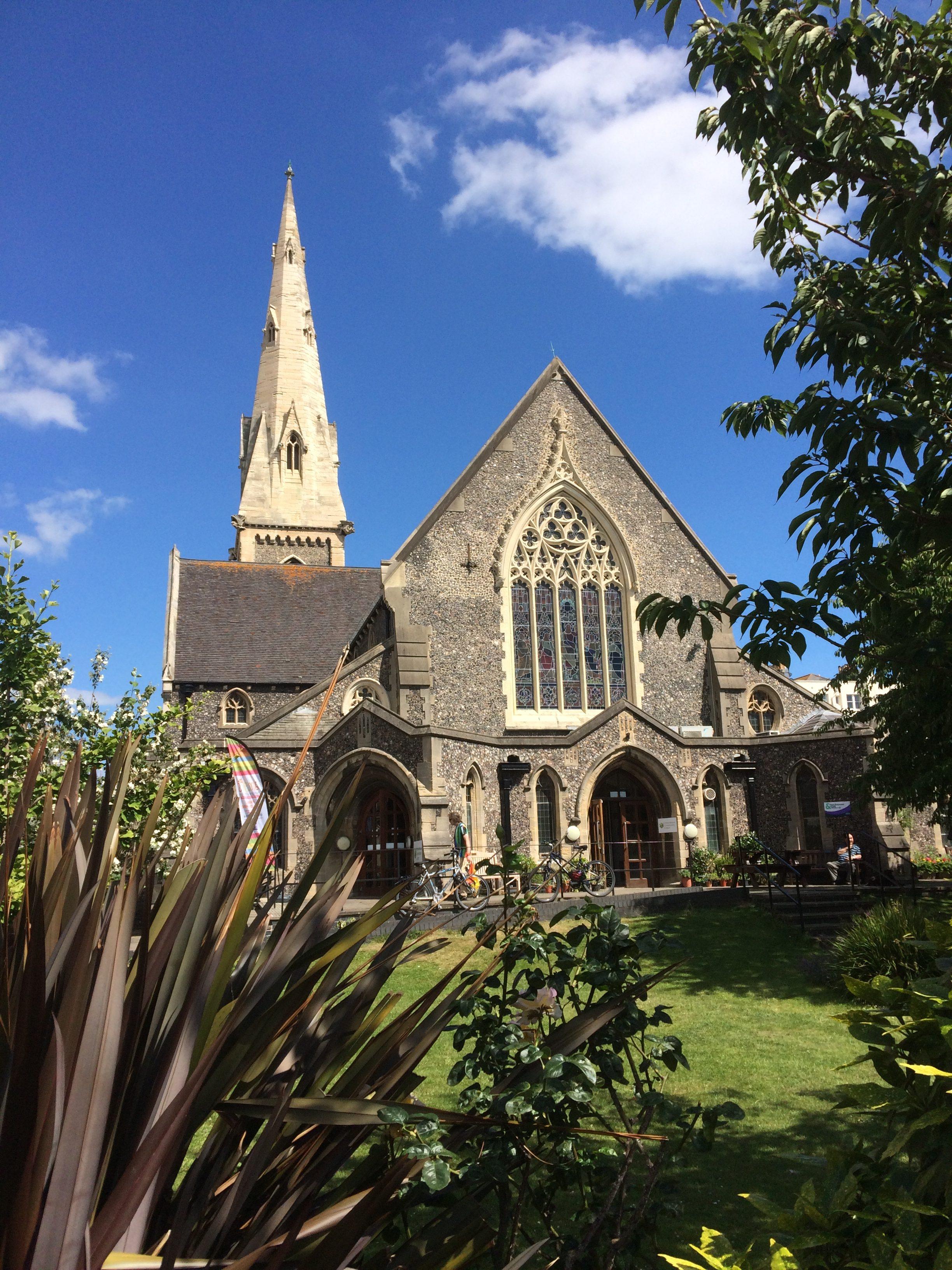 widok z okna szkoły - kościół anglikański